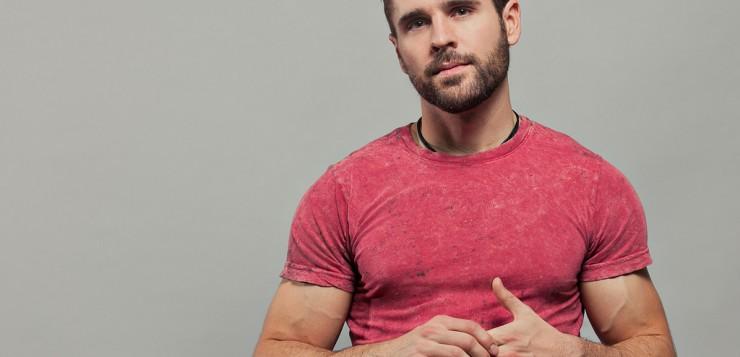 Homens de vermelho atraem mais as mulheres, segundo pesquisa.