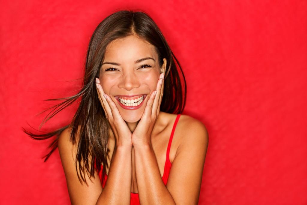 Mulheres que sorriem são mais bonitas, segundo pesquisas.